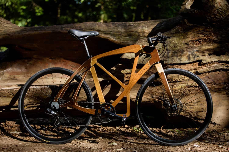Bike de madeira chama atenção à causa sustentável